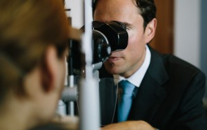 allon barsam looks into patients eye for cataracts treatment